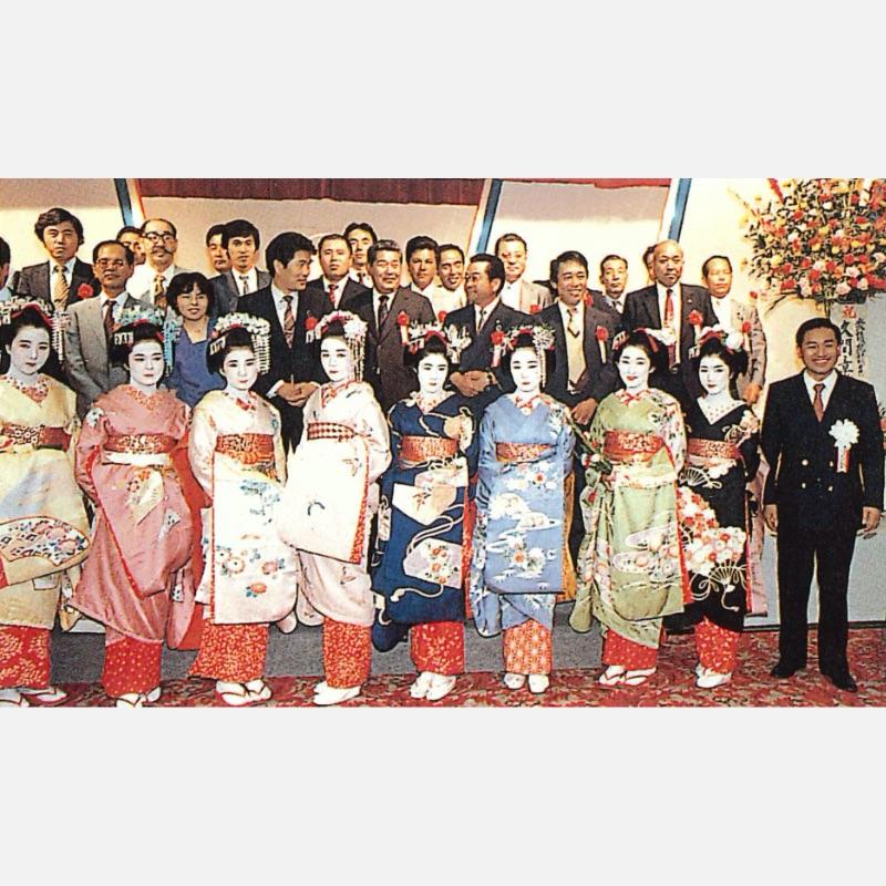 京都から招いた舞妓さんと一緒に記念撮影(創立30周年祭)